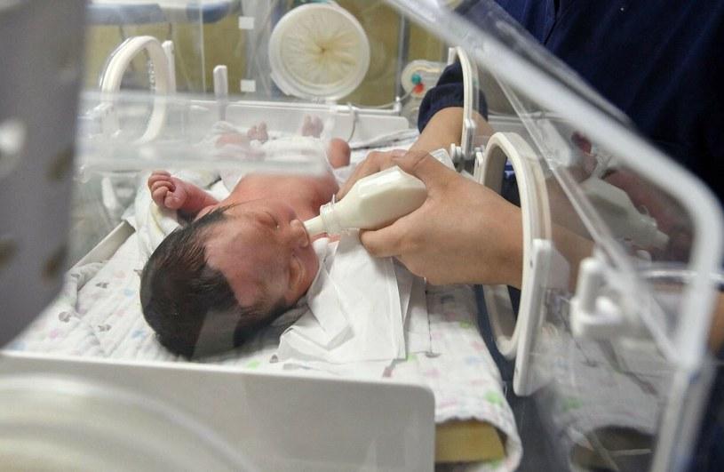 Zdjęcie ilustracyjne - wcześniak karmiony w szpitalnym inkubatorze /STR / AFP /East News