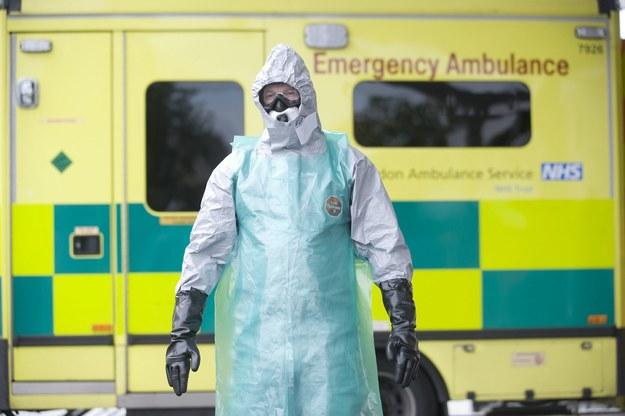 Polacy boją się eboli. Kupują kombinezony