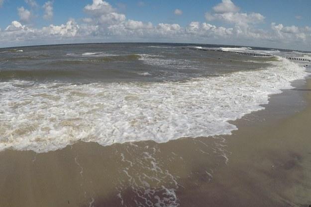 Na plaży w Poddąbiu pojawiła się parafina. Sanepid pobrał próbki do badań