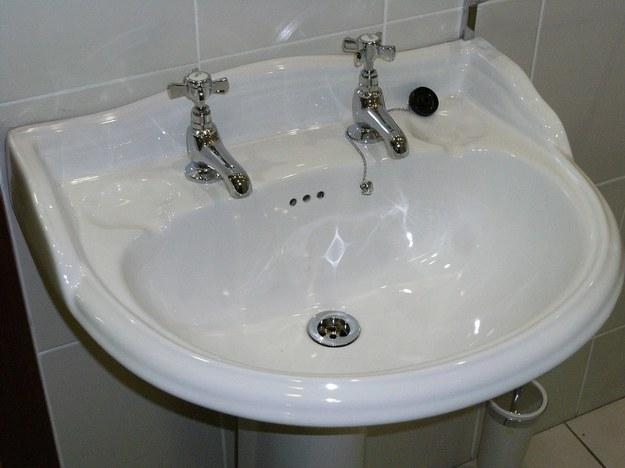 Kamera w toalecie urzędu miasta. Ktoś ukrył ją pod umywalką