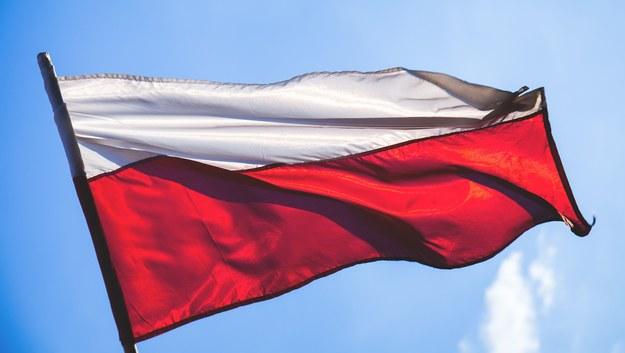 Jak prawidłowo wywiesić flagę, jak śpiewać hymn? [PORADNIK]