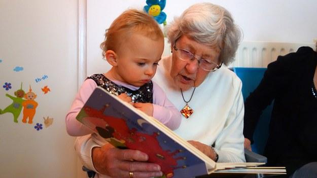 """""""Chrońmy naszych dziadków"""". Minister odradza oddawanie dzieci pod opiekę seniorów"""
