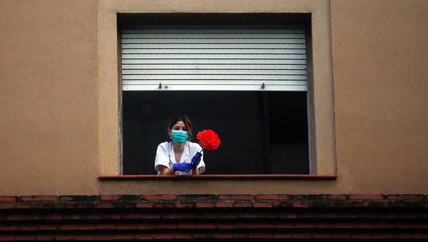 Nietypowe obchody dnia św. Jerzego w Katalonii. Puste place, zamknięte kawiarnie