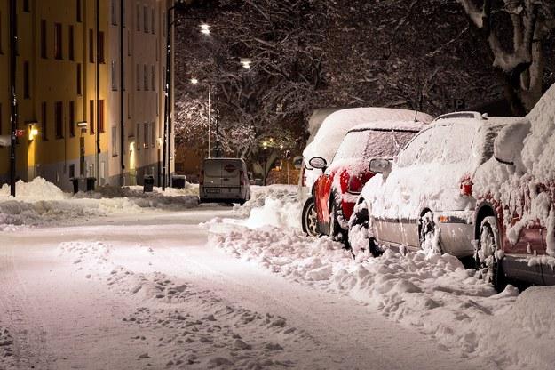 Tragedia w Warmińsko-Mazurskiem. 25-latek zmarł podczas odśnieżania auta