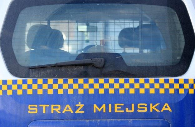 Nietypowa interwencja strażników miejskich. 37-latek utknął zamknięty w nocy w toalecie przy kościele