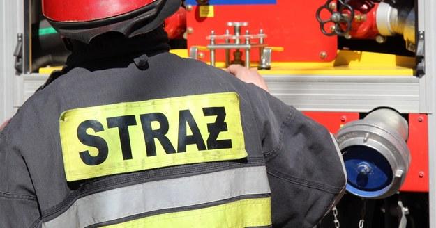 Strażak ranny w pożarze dachu remizy w Raczkowicach