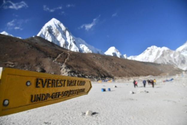 Potężne ognisko koronawirusa pod Mount Everest. Zakażeni wspinacze