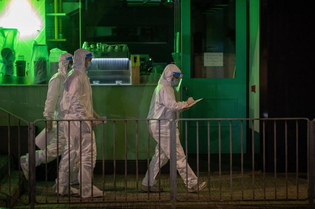 Ścisły lockdown w dzielnicy chińskiego miasta. Rośnie liczba zakażeń koronawirusem