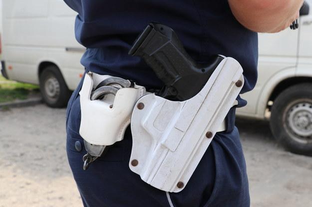 Podejrzany odjechał z bronią policjanta. Bo wpadła mu do auta