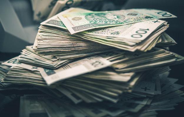 Znalazł przy drodze 100 tys. złotych. Wiemy, kto je zgubił
