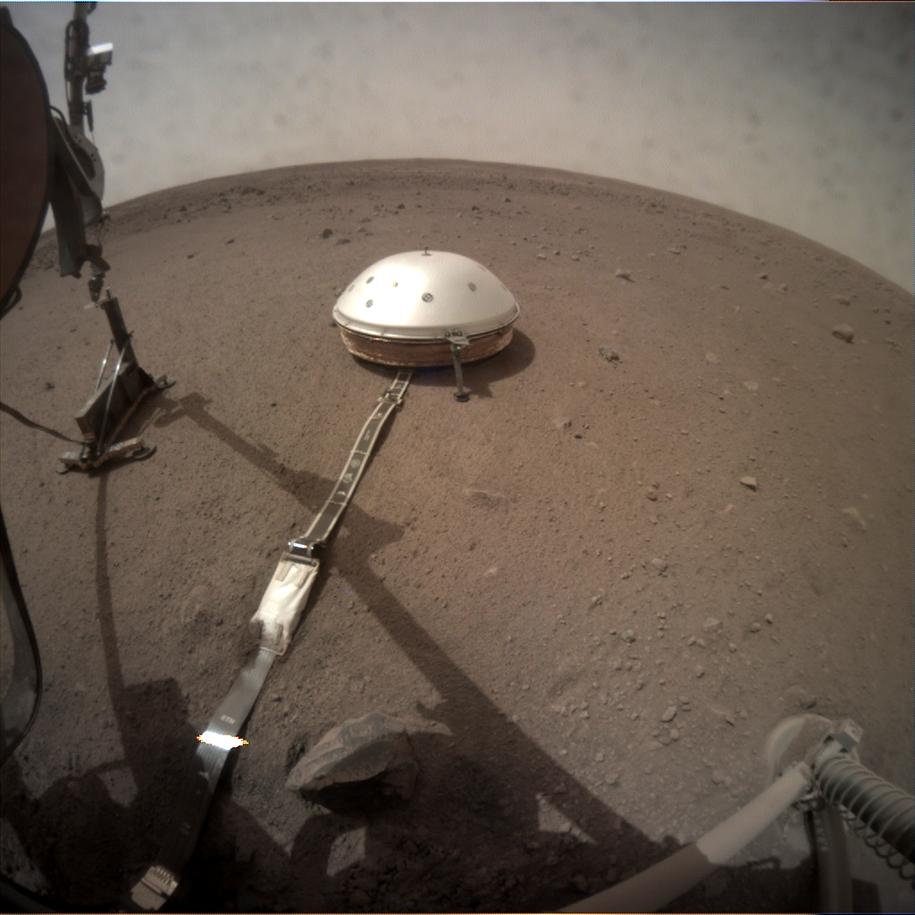 Zdjęcie instrumentów sondy InSight wykonane z pomocą kamery ICC (Instrument Context Camera). Na lewo od sejsmometru: sonda termiczna z Kretem /NASA/JPL-Caltech /Materiały prasowe