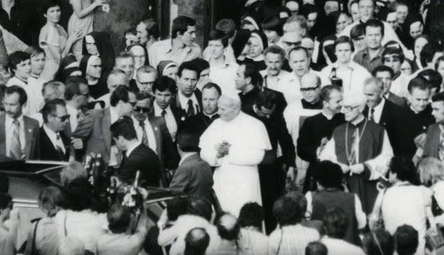 Zdjęcie Jana Pawła II wykonane przez funkcjonariusza SB w trakcie pielgrzymki papieża w 1979 roku /IPN