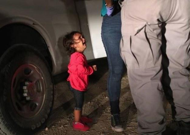 """Zdjęcie, które poruszyło świat. Twarz przerażonej 2-latki symbolem ustawy """"zero tolerancji"""""""