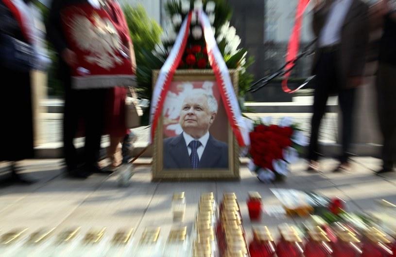 Zdjęcie Lecha Kaczyńskiego przed Pałacem Prezydenckim /Mariusz Grzelak /Reporter