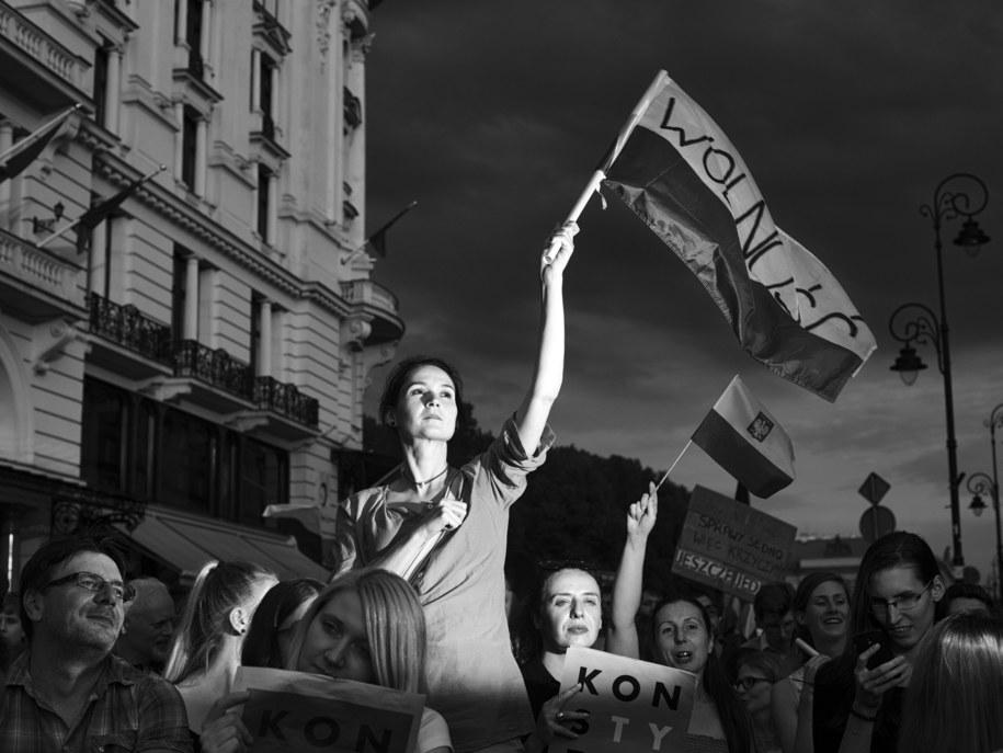 """Zdjęcie """"Ludzie uczestniczą w proteście przeciwko reformom sądownictwa w Warszawie"""", autorstwa Adama Lacha /Adam Lach /PAP"""