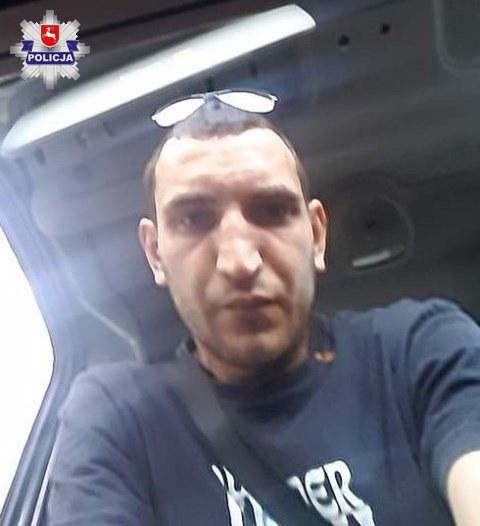 Zdjęcie mężczyzny, który włamał się do samochodu i ukradł z niego telefon. Fotografia ze stron policji /materiały prasowe