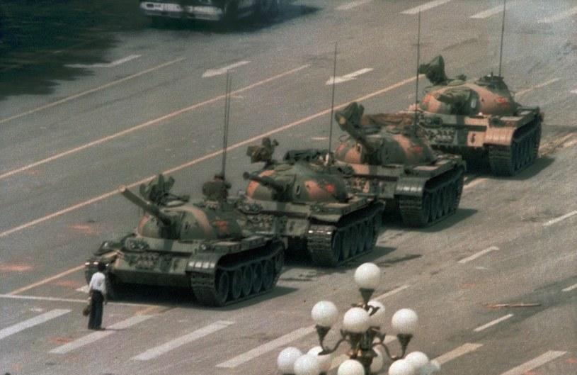 Zdjęcie Nieznanego Buntownika zastępującemu drogę kolumnie czołgów stało się symbolem oporu wobec władzy /123RF/PICSEL