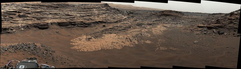 """Zdjęcie obszaru """"Marias Pass"""" (środek), w którym znajdują się dawne skały osadowe z dużą ilością krzemianów /NASA"""