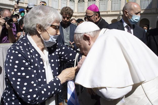 Zdjęcie papieża całującego numer obozowy ocalałej Polki /VATICAN MEDIA  /PAP/EPA