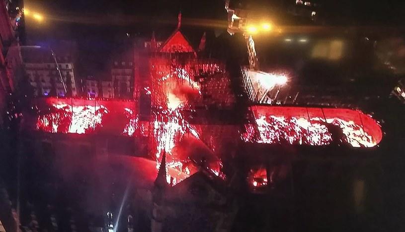Zdjęcie płonącej katedry /AFP
