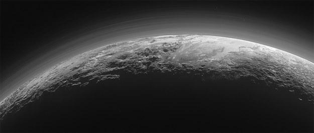 Zdjęcie Plutona wykonane przez New Horizons 15 minut po maksymalnym zbliżeniu z odległości około 18 tysięcy kilometrów / NASA/JHUAPL/SwRI /materiały prasowe