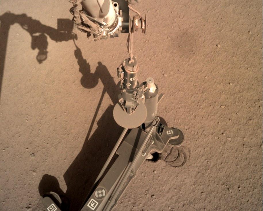 Zdjęcie podnoczonej struktury podtrzymującej, wykonane z pomocą kamery IDC (Instrument Deployment Camera). Poniżej widać końcówkę Kreta. / NASA/JPL-Caltech /Materiały prasowe