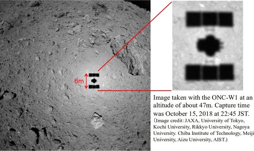 Zdjęcie powierzchni Ryugu i cienia Hayabusy 2 wykonane 15 października z odległości 47 metrów /materiały prasowe