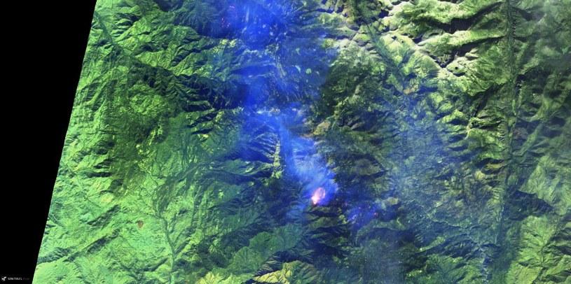 Zdjęcie pożaru znajdującego się około 30 km na wschód od miasta Visalia w Kalifornii (15 listopada), wykonane przez satelitę Sentinel. 2  Fot. ESA, Sentinel Hub /materiały prasowe