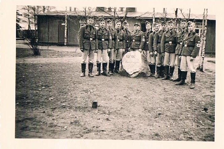 Zdjęcie przedstawia młodych Niemców, stojących koło kamienia w obozie 10/106 Hierlshagen, znajdującym się w Ostaszowie /INTERIA.PL