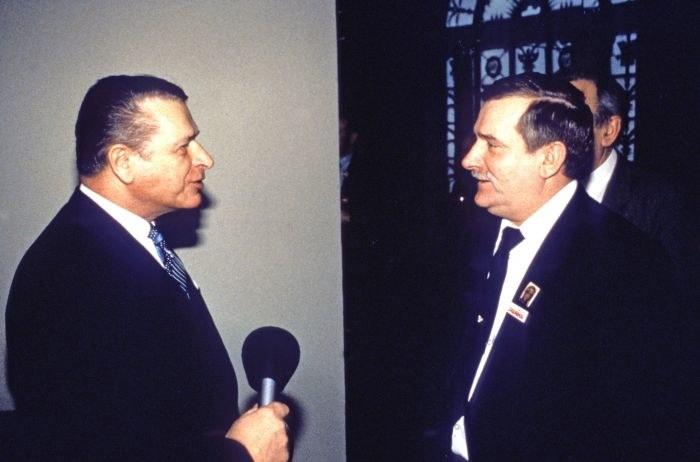 Zdjęcie przedstawiające Czesława Kiszczaka i Lecha Wałęsę udostępnione dziennikarzom w czytelni IPN /Wojciech Łaski /East News