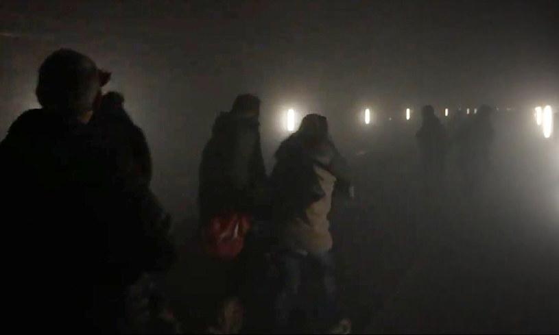 Zdjęcie przedstawiające ewakuację brukselskiego metra tuż po dokonanych zamachach /AFP