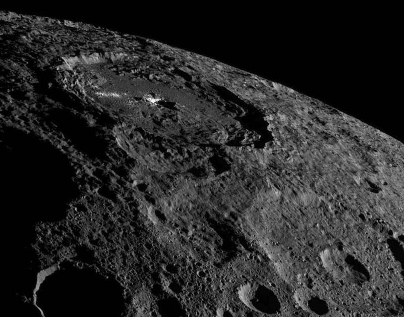 Zdjęcie przedstawiające obszar leżący w pobliżu Krateru Occator wykonane przez sondę Dawn w październiku /NASA