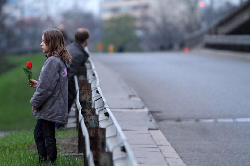 Zdjęcie robione na trasie, którą miał przejechać kondukt z trumnami ofiar katastrofy, fot. archiwalna /Jan Kucharzyk /East News