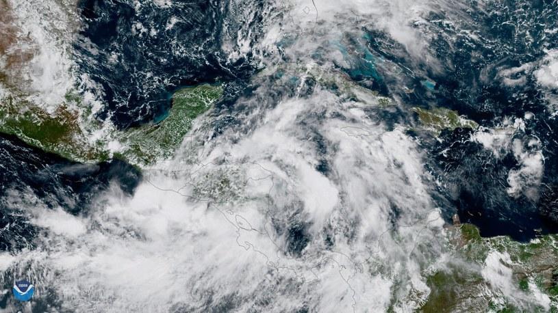 Zdjęcie satelitarne burzy /PAP/EPA/NOAA HANDOUT /PAP/EPA