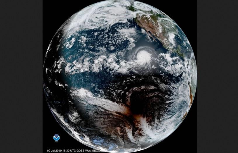 Zdjęcie satelitarne, na którym widać zarówno huragan Barbara, jak i cień Księżyca podczas zaćmienia Słońca /materiały prasowe