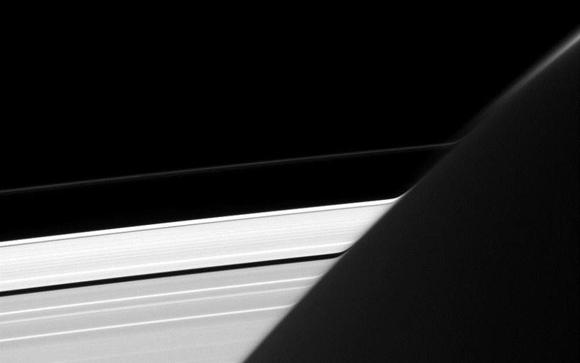 Zdjęcie Saturna z zakrzywionymi pierścieniami /NASA