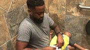 Zdjęcie taty zmieniającego dziecku pieluchę w męskiej toalecie hitem internetu