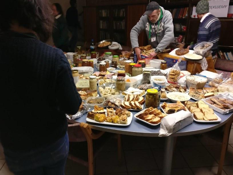 """Zdjęcie udostępnione przez fundację """"Podziel się Posiłkiem z Bezdomnymi"""". Na zdjęciu widoczna jest żywność zebrana przez wolontariuszy w jednym z miast przez jeden dzień. /materiały prasowe /"""