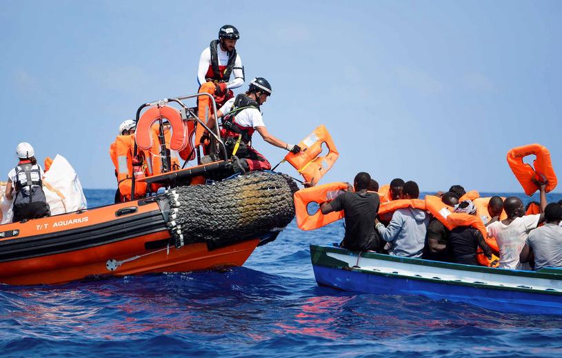 Zdjęcie udostępnione przez Lekarzy bez Granic w dniu 12 sierpnia 2018 r. Pokazuje migrantów uratowanych na Morzu Śródziemnym. /Lekarze bez Granic /PAP/EPA