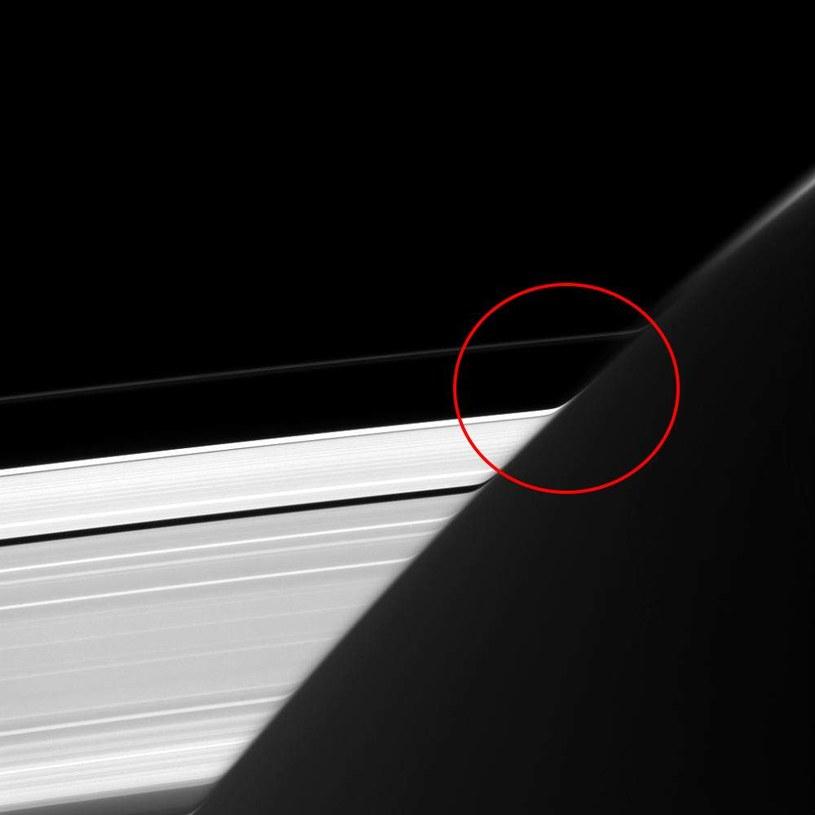 Zdjęcie udostępnione przez NASA z zaznaczonym zakrzywieniem /materiały prasowe