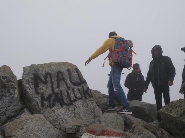 Zdjęcie udostępnione przez Tatrzański Park Narodowy. Świnica. Wiele wskazuje na to, że obcokrajowcy, którzy pobazgrali sprayem skały na szczycie, wkrótce potem potrzebowali pomocy ratowników TOPR-u /