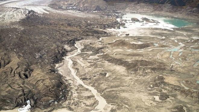 Zdjęcie ukazuje strumień z lodowca Kaskawulsh (z lewej strony), który kieruje świeżą wodę z jednej rzeki do drugiej /fot. Dan Shugar /materiały prasowe