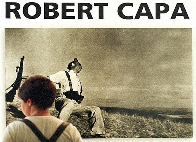 """Zdjęcie """"Upadek żołnierza"""" autorstwa Roberta Capy wiszące w jednej z włoskich galerii /AFP"""