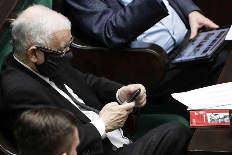 Zdjęcie wykonane 16 grudnia, w rękach Jarosława Kaczyńskiego Nokia 3310 (wersja z 2017 roku).. Fot. Andrzej Hulimka / Forum /Agencja FORUM