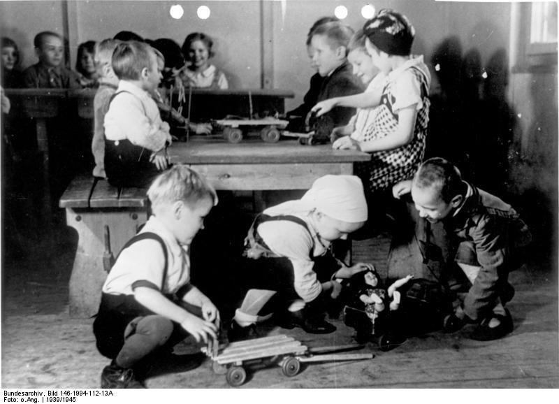 Zdjęcie wykonane na potrzeby propagandowe: wychowankowie w jednym z ośrodków dla dzieci robotników zagranicznych, fot. Niemieckie Archiwum Państwowe, Wikimedia Commons /