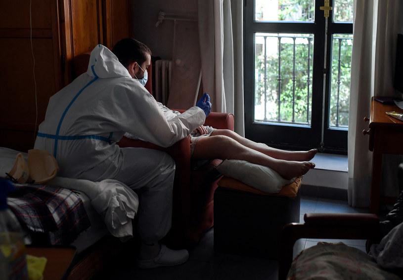 Zdjęcie wykonane w domu opieki dla osób starszych w Madrycie /OSCAR DEL POZO / AFP /AFP