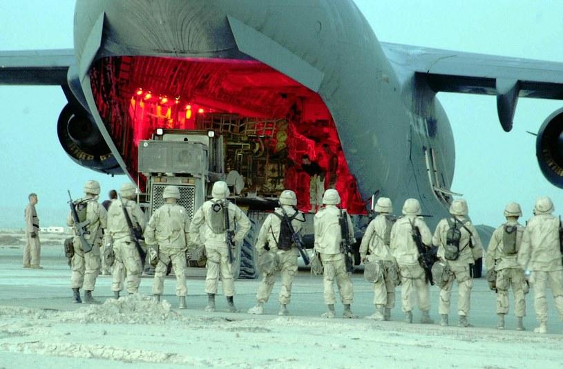 Zdjęcie wykonane w nieznanym miejscu. Marines przygotowują się do startu /AFP