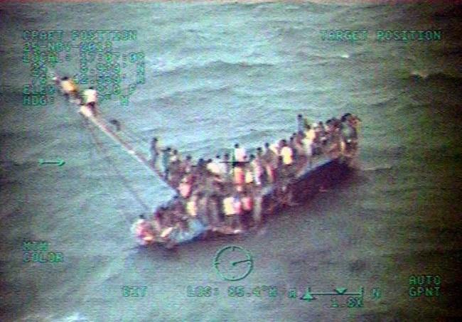 Zdjęcie wykonane z pokładu śmigłowca straży przybrzeżnej /USA Coast Guard /PAP/EPA