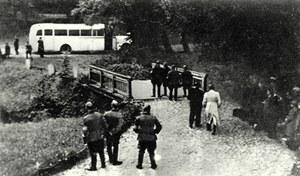 Zdjęcie wykonane z ukrycia, na chwilę przed odjazdem z Grünhof 21 września 1939 roku. /Odkrywca /Odkrywca