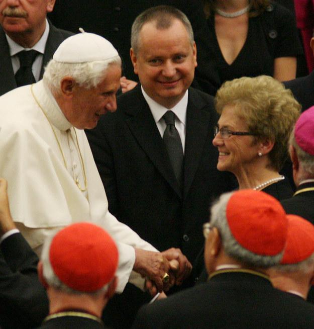 Zdjęcie z 16.10. 2008 roku: papież Benedykt XVI (L), producent Przemysław Hauser (C) i Danuta Wałęsa. / Jacek Bednarczyk    /PAP/EPA